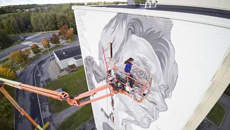 Maija Ketolan kasvot ovat korkeimmalla meksikolaisen muraalimaalari Paola Delfin teoksessa Tampereen Kaukajärvellä.