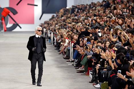 Lagerfeld muotinäytöksessä vuonna 2014.
