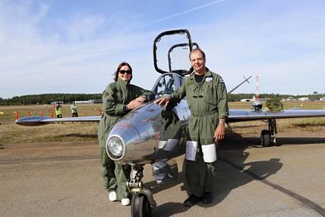 Seija Sillankorva, Fouga Magister ja lentäjä Ari Saarinen tukevasti maan pinnalla.