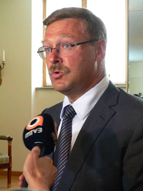 Venäjän parlamentin ylähuoneessa nykyisin istuva Konstantin Kosatshov on yksi tuttu myös monille suomalaispoliitikoille. Hän vastaa liittoneuvoston ulkosuhteista.