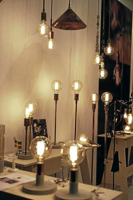 2. Hehkulanka: Valaisintrendeissä oli selvä suuntaus: hehkulangan kuuluu nyt näkyä lasilampussa ja lasikupu saa olla suuri. Valon sävykin on hyvin lämmin.