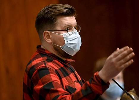 Sebastian Tynkkynen (ps) käytti maratonpuheensa aluksi maskia, mutta otti suojaimen myöhemmin pois. Varapuhemies Filatov huomautti asiasta, sillä eduskunnassa on voimassa maskisuositus.