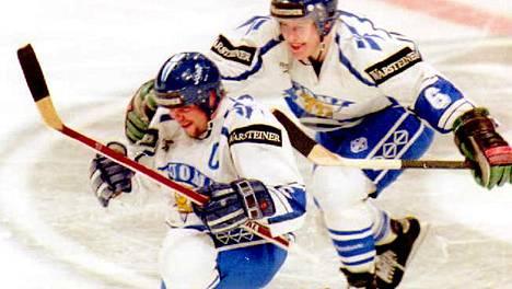 Timo Jutila (vas.) tuuletti osumaansa MM-finaalissa 1995. Janne Niinimaa ehti ensimmäisenä onnittelemaan Suomen kapteenia.