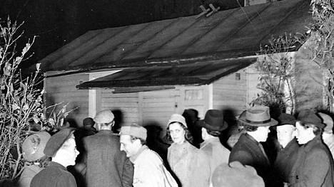 Espoon Mäkkylän kummitustalo oli kohtalainen mediatapahtuma loppusyksyllä 1946. Osa ihmisistä oli uteliaita, osa syytti aggressiivisesti talon asukkaita Mustan Raamatun lukijoiksi.