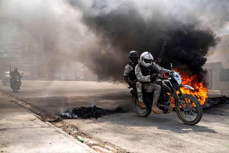 Protestoivat haitilaiset polttivat renkaita torstaina.