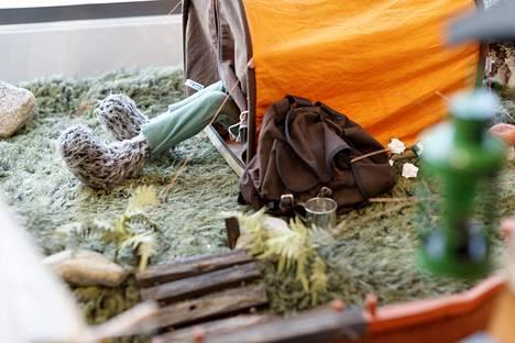 Alkuperäinen Ransu telttailee Pirkkalan kirjaston Ransu-näyttelyssä.