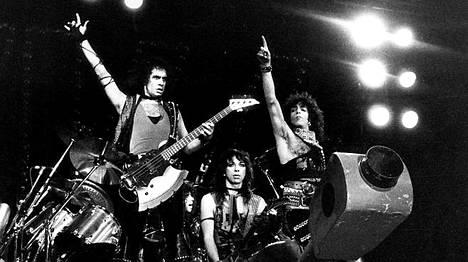 Vinnie Vincent (kesk.) oli mukana Kissin riveissä vuonna 1983, kun bändi keikkaili Helsingissä.