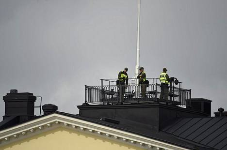 Myös presidentinlinnan katolla oli turvallisuusjoukkoja.