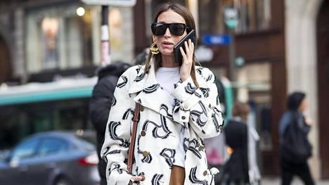 Esimerkiksi laadukas laatikkomainen t-paita ja vaaleus ovat asioita, joita suomalaissuunnittelija vinkkaa naisten vaatekaappiin.