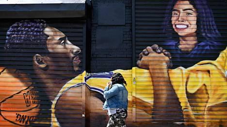 Kobe ja Gianna Bryantin muistoksi maalattu muraali Brooklynissä New Yorkissa.