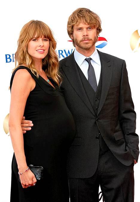Eric Christian Olsen vaimonsa Sarah Wrightin kanssa.