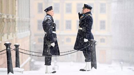 Vartijat tervehtivät toisiaan lumisessa Tukholmassa Kuninkaanlinnan edustalla torstaina.