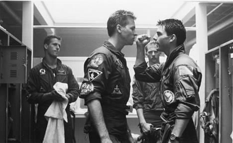 Val Kilmer nähtiin Tom Cruisen (oik.) kanssa nokitusten toimintaklassikossa Top Gun.