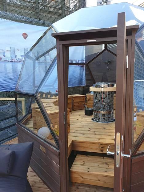 Ulkotiloista löytyy näyttävä lasi-iglu.