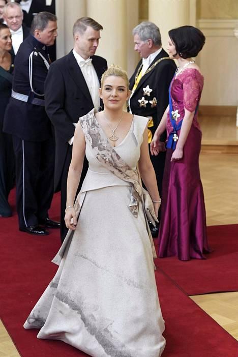 Vasemmistoliiton ensimmäisen kauden kansanedustaja Mai Kivelä luotti luunväriseen iltapukuun.