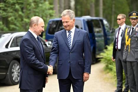 Sauli Niinistö otti Venäjän presidentti Vladimir Putinin vastaan Hotelli Punkaharjun edustalla heinäkuun lopussa. Virallisten keskustelujen lisäksi presidentit kävivät asioita läpi myöhemmin illalla Olavinlinnassa Jolanta-oopperan jälkeen.