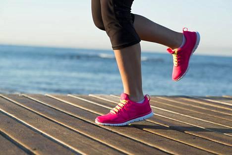 """""""Menen lenkille, ja minua tuijotetaan. Juokseminen ei ole kyproslaisten tapa liikkua"""", Kirsikka Myllyrinne kuvailee uutuuskirjassa Happamat sitruunat – elämää jaetulla saarella (Avain 2020)."""
