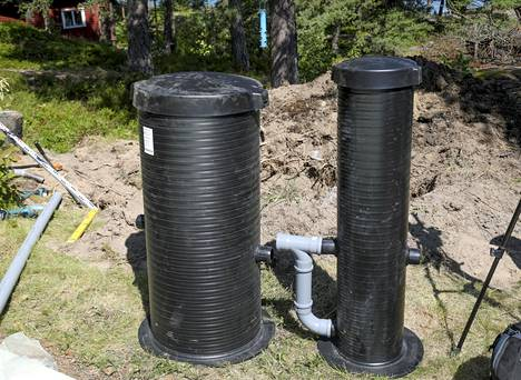 Uusista jätevesisäiliöistä isompi on suodatinkaivo, kapeampi massakaivo. Välissä oleva t-haara varmistaa, ettei vettä kevyempi rasva pääse etenemään massakaivoon.