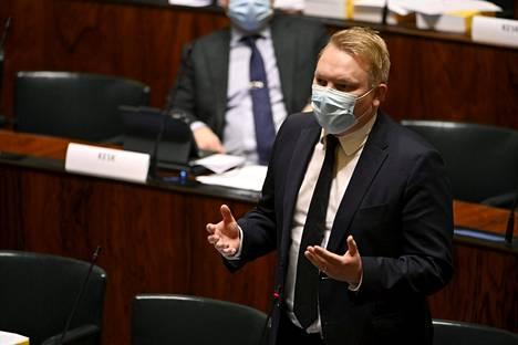 Keskustan kansanedustaja Antti Kurvinen eduskunnan suullisella kyselytunnilla Helsingissä 10. joulukuuta 2020.
