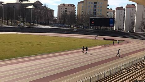 Kielto ei ollut pelottanut väkeä kokonaan pois Paavo Nurmen stadionilta.