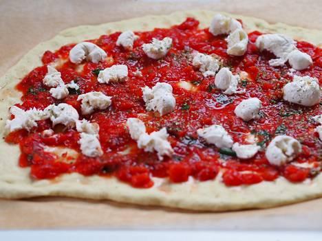 Älä ota stressiä pizzan muodosta. Anna sen jäädä siihen muotoon mihin taikina taipuu luonnollisesti.