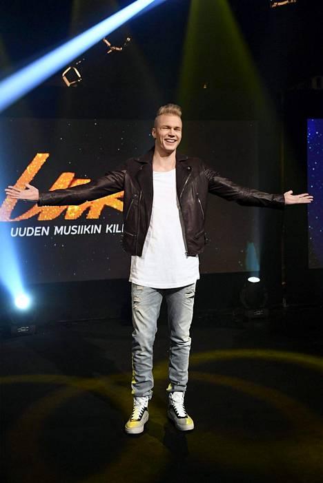 –Helppo elämä -kappale kertoo kaveripiiristäni löytyvästä henkilöstä. Hän on minun vastakohtani, joka tahtoo elää helppoa elämää ja mennä sieltä, missä aita on matalin, Lauri Yrjölä kertoo.