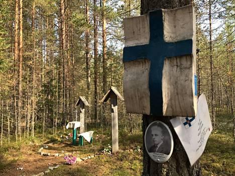 Sandarmohissa on useita omaisten tuomia pieniä muistotauluja suomalaisuhreille.