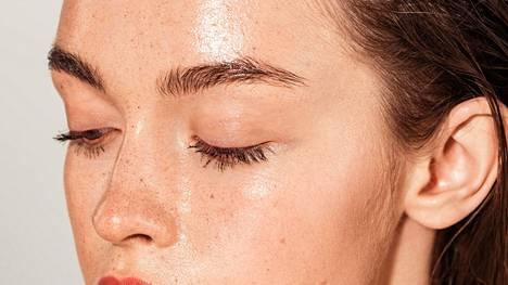 Jos heti yön jälkeen pesee ihon voimakkaasti, siltä lähtevät hyvät rasvat ja sen toiminta häiriintyy.