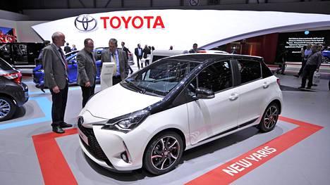 Digiaikaan ja sähköiseen autoiluun siirtyminen on saanut monet autonvalmistajat uusimaan logonsa. Nyt vuorossa on Toyota, joka poistaa liikemerkkinsä kolmiulotteisuuden sekä merkkiin liitetyn versaalilla kirjoitetun Toyota-tekstin (kuvassa).