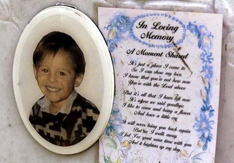 Murhatun James Bulgerin Liverpoolissa sijaitsevalle haudalle jätetty viesti.
