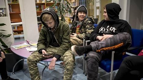 Alexander Rehn (vas.) ja Jonne Haakana (oik.) viettivät perjantai-iltaa Kalajärven kirjastolla. Heitä harmittaa, että kirjaston aukioloaikoja on supistettu.