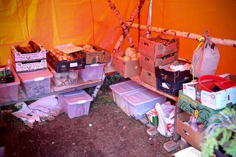 Rainbow-kokoontumisessa on monenlaisia telttavirityksiä. Tässä suojassa toimii elintarvikevarasto.