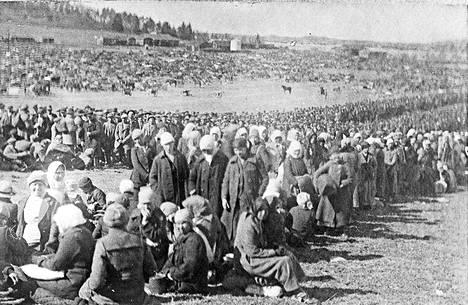 Vankeja Fellmanin pellolla Lahdessa, jonne koottiin 20000 ihmistä. Lahdessa kuoli valtaosa teloitetuista naiskaartilaisista.