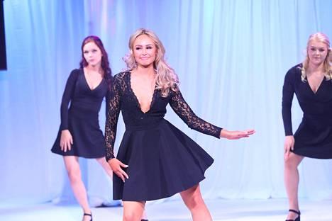 Miss Helsinki 2020 -tittelin voittanut Inna Tähtinen esitteli tanssitaitojaan lauantaina.