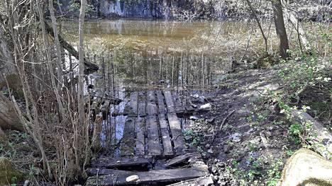 Entinen kaivos on täynnä vettä. Lammen rannalla saattaa nähdä käärmeitä.