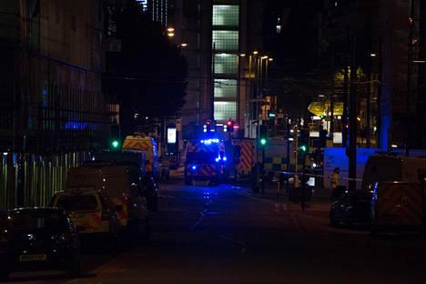 Ambulanssit hakivat loukkaantuneita Manchester Arenalta yöllä.