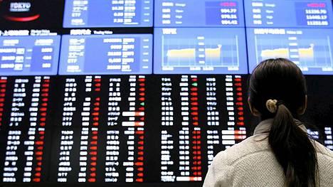 Tokion pörssin Nikkei-indeksi kääntyi tiistaiaamuna laskuun Italian vaalituloksen synnyttämän epävarmuuden takia.