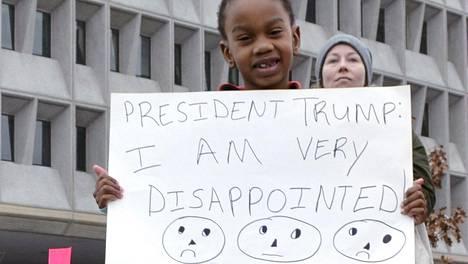Kuusivuotias Zora Lafargue on pettynyt uuden presidentin suvaitsemattomuuteen. Zora osallistui mielenosoitukseen äitinsä kanssa, joka kertoo, että tytär valitsi itse sanat kylttiinsä.