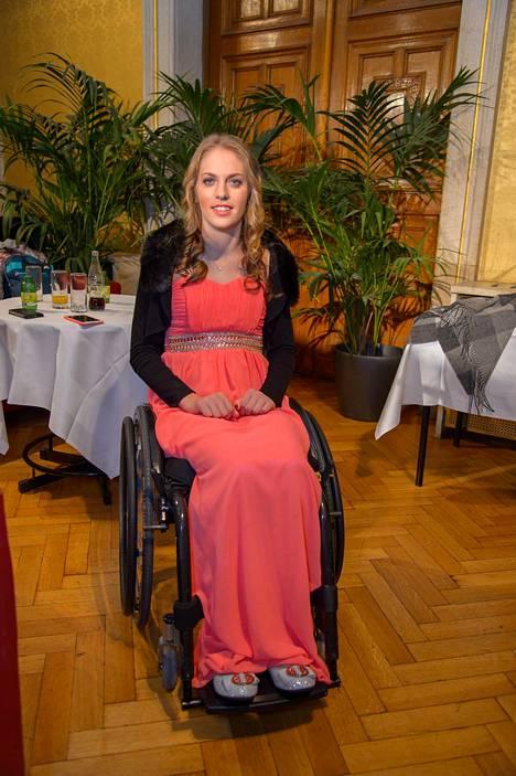 Grünberg pystyy liikkumaan pyörätuolilla.