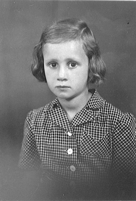 Eeva (o.s. Karikoski) viisivuotiaana 1942. –Haaveilin ensimmäisinä sotavuosina nukenvaunuista, jotka olisivat täynnä hedelmiä.