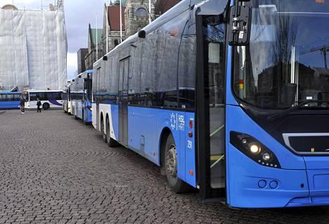 Koronaviruksen vuoksi matkustajille ei myydä lippuja enää busseissa.