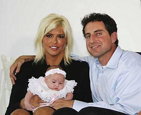 Anna Nicole Smithin vauva Dannielynn Hope ja Smithin miesystävä Howard K. Stern.