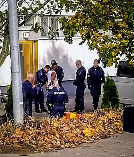 Poliisi on ottanut kiinni yhden henkilön.