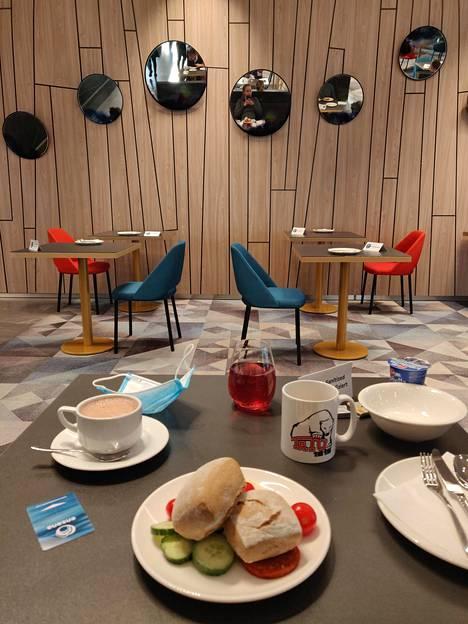 Ida Hulkko lähetti kuvan aamupalahetkestään. Budapestiläisen hotellin ruokailutilassa on limittäin yhden hengen pöytiä.
