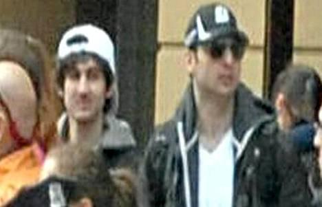 Poliisi etsi tällä kuvalla Bostonin pommittajia, jotka paljastuivat Dzhohar ja Tamerlan Tsarnajeviksi.
