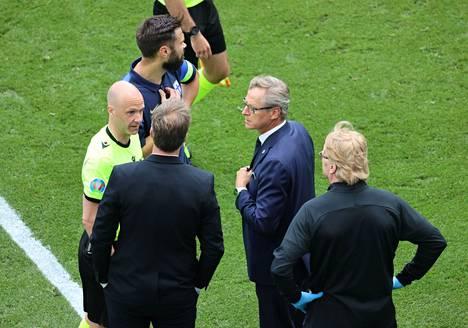 Anthony Taylor keskusteli Markku Kanervan ja Kasper Hjulmandin kanssa.