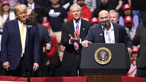 UFC:n puheenjohtaja Dan White (oik.) on tuttu näky presidentti Donald Trumpia tukevissa puhetilaisuuksissa.