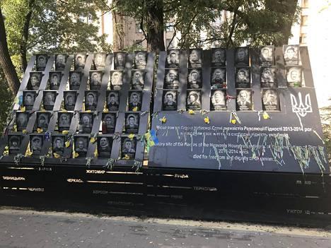 Maidanin kansannousun uhrien kuvat on ikuistettu Taivaallisen sadan muistomerkille.