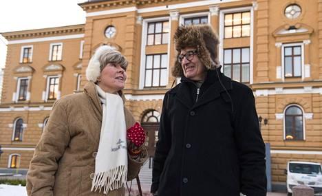 Oulun kaupunginjohtaja Matti Pennasen kanssa kaupungintalon edessä.