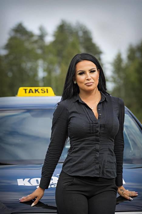 Kajaanissa on alle 50 taksia. Kati Korhosella ja hänen isällään on näistä kaksi.